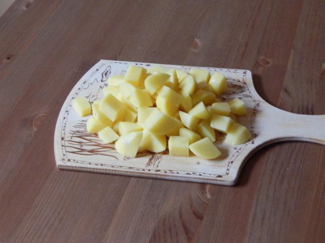порезанная картошка на столе