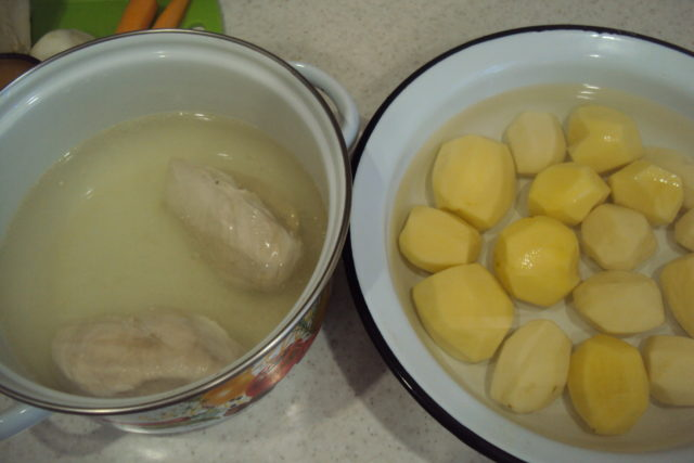 кастрюли с бульоном и картошкой