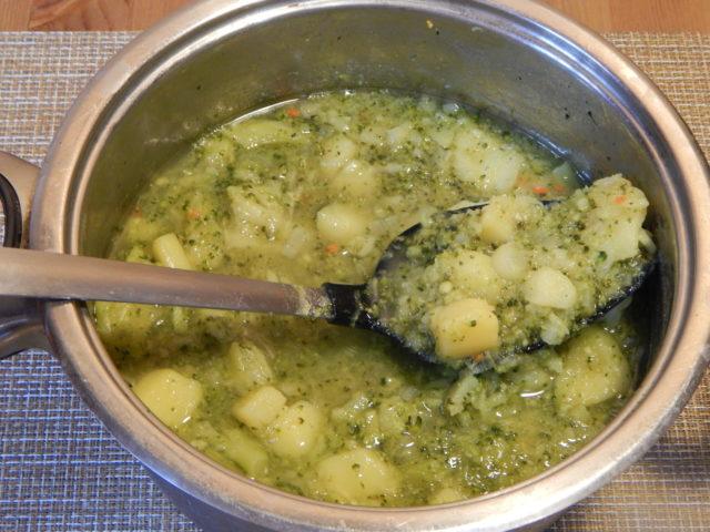 кастрюля с вареными овощами